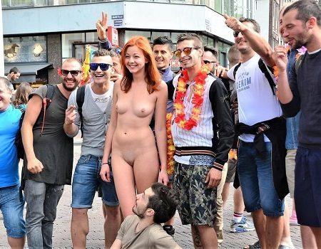 Mulher nuas em público com estranhos